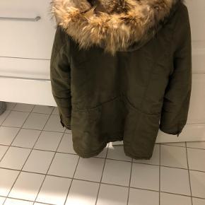 Rigtig dejlig vinter jakke med pels ved hætten. Sælges billigt, da jeg skal have ryddet op 😉