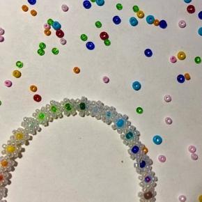 Håndlavet armbånd Kan laves i andre farver og som halskæder eller ankelkæder🌺🌈  Find mere på min Instagram: Lauraabeads