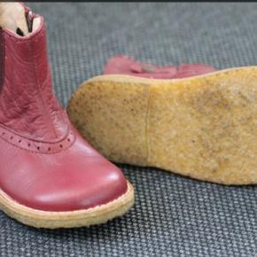 Smuk mørkrød støvle, står næsten som ny. 15,5 indv.