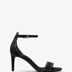 Varetype: Stiletter Farve: Sort Oprindelig købspris: 1300 kr. Prisen angivet er inklusiv forsendelse.  Jessie Leather Sandal. 8 cm hæl. Sælges da de ikke bliver brugt, og været på i et par timer indendørs.