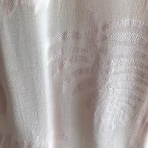Smuuuuk, lettere trasperant bluse fra Masai iviscose/bomuld/modal-blanding. Blusen er gennemknappwt og med et lille skød - lækker til både jeans og nederdele. Brugt ganske få gange. Længde 66 cm. Bytter ikke.