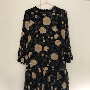 Fin kjole fra Ganni. Kun brugt en håndfuld gange, så den er i god stand.