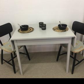 Fineste svenske træbord med fine skæve klapper Nymalet lys grå  Længde 90/109/128. Cm  Bredde 60. Cm Højde 74. Cm Pris 975.Kr