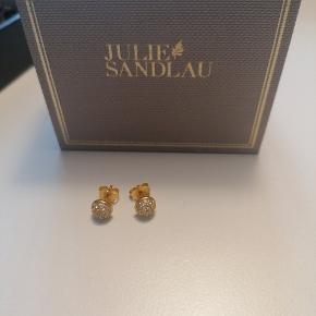 Julie Sandlau ørestikker, i sterling sølv forgyldte, brugt meget få gange.  Forgyldningen er som ny