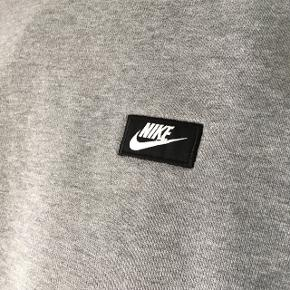Grå Nike trøje fejler intet