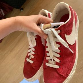"""Fine Nike sneaks. Brugt lidt, men ikke tydelige slid eller lign. Den ene """"snude"""" er lidt mørkere end den anden. Den anden vil sikkert hurtigt se sådan ud efter mere brug ⭐️"""