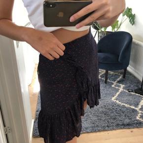 Custommade Jana nederdel Farven cherry tomato Str. 36/S Np 1000 kr.  Lynlås og knapluk Blåt underskørt så den ikke er gennemsigtig 100% silke, så lækker kvalitet Nederdelen kan drejes så flæsen kan sidde midtpå eller i siden