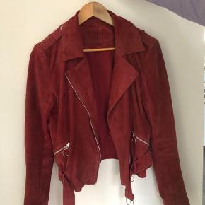 Denne fede jakke af ægte ruskind er desværre blevet for lille til mig, og jeg håber  den kan finde en ny ejer:)) Den er brugt, men har ingen tegn på slid overhovedet og er generelt i super stand. Den har kostet omkring 1500 som ny, men jeg er meget åben for bud:)