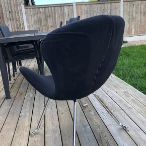 En lænestol, der har stået til pynt på teenager værelse. Stadig i god stand.
