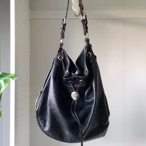 Sælger min elskede Mulberry taske, der er ikke længere kan købes i butikkerne.   Tasken er slidt det kan man ikke komme udenom, men slidt på den gode måde. Tasken har ingen huller eller skader, kun nogle enkelte steder hvor man kan se at læderet ikke er helt nyt med brugt.   Nyspris for tasken var omkring 8000-10.000kr.   Kom med et realistisk bud