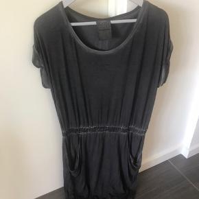 Sælger denne søde og afslappet kjole fra AJ 117 i koksgrå :-) Har købt den hos Bahne og aldrig været brugt🌸  Bytter ikke og handles der over TS, tillægges gebyr