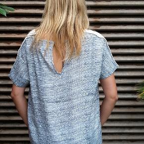 Pragtfuld oversize bluse  Str. er en S Kan sagtens passe en str. M Bryst 116 cm Længde 63 cm foran. Lidt længere bagpå  Style treasure dress  55% viscose og 45% rayon