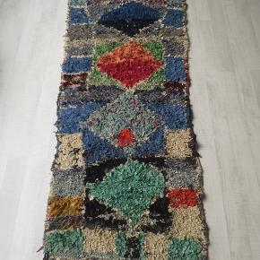 NY Håndlavet Marokkansk tæppe  Bomulds tæppe, berber tæppe boucherouite tæppe,  Kan vaskes i vaske maskine. 100 pct ren bomuld.   Se mine andre annoncer  Levering eller forsendelse med i prisen. 14 dage bytte garanti gives.  Tæppe måler 215 x 80