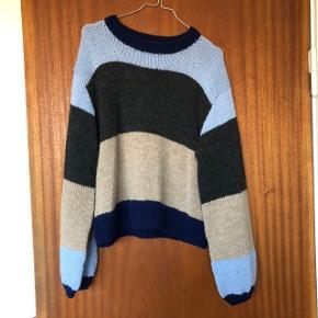 Sælger denne fine hjemmestrikkede strik. Den er af ukendt mærke. Den er brugt én gang. Er strikket i Alpaca uld og er derfor dejlig blød. Er strikket efter opskrift hvor størrelsen skulle svare til en XL😊  Kan sendes eller afhentes på Frederiksberg  #30dayssellout