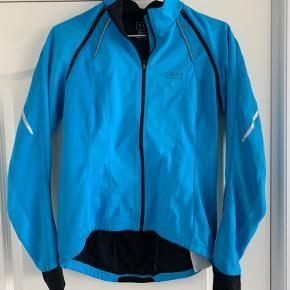 Lækker og flot Gore bike jakke med aftagelige ærmer.