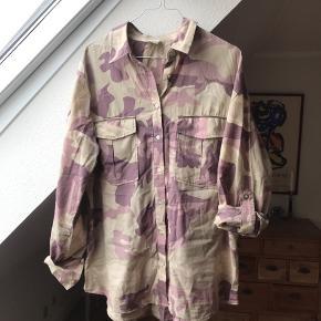 """Har netop kønt denne dine skjorte her på TS. Desværre var det ikke de farver jeg ville have den i, derfor sælges den videre. Tidligere ejer havde sat den til """" næsten som ny"""", jeg har ikke brugt den."""