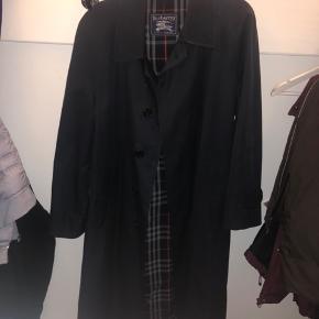 Jakken fejler absolut intet, min farfar som er den tidligere ejer brugte jakken yderst sjældent og den er derfor stadig 9/10 som ny. Er fra Aarhus og kan mødes der.