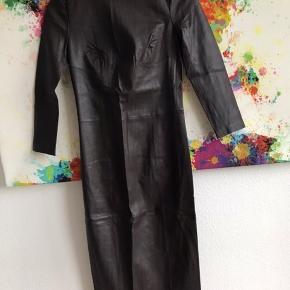 Den fedeste læderkjole med masser af stræk i. Ubrugt. Længde 115 cm ærmelængde ca 50cm