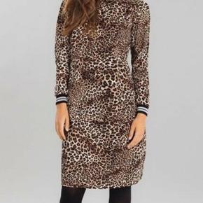 Flot kjole i leopard print og flotte detaljer ved hals og ærmer. Næsten som nu. Er en str S men passer også en lille str M.   Kig gerne mine andre annoncer, giver gode mængderabatter