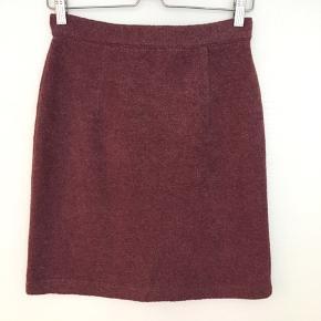 Sød klassisk bodycon nederdel. Stoffet er tykt og har en del struktur, men det er blødt og den falder pænt
