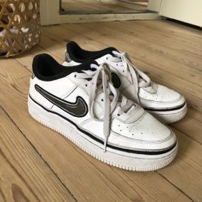 Nike air force 1 low   Købt efterår 2018 Kan nemt rengøres med en klud, grundet læder overflade  Brugt 5 gange