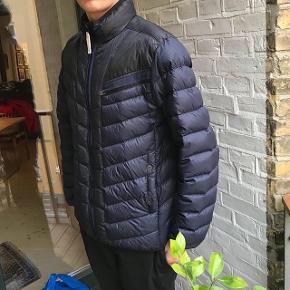 Sælger denne dejlige g-Star Raw jakke, perfekt til sommeren. Str L passer nok mere en str M Cond 8 ca ingen flaws Nypris er 1600kr Sælger til kun 150kr!  Skriv hvis du har nogen spørgsmål eller bud. Husk at checke mine andre annoncer for andre fede ting, rabat forekommer ved køb af flere ting:)