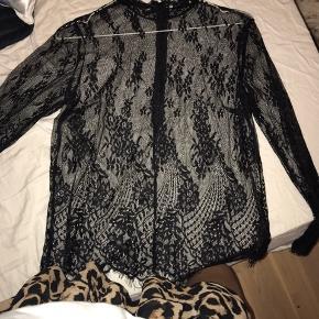 Sælger denne fine bluse i blonder som er købt i Kings&Queens🍒