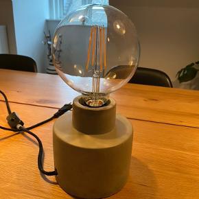 Super fin retro lampe med stor pære, som giver et fedt udtryk i rummet. Fungere som den skal Er åben for bud Vil helst handle med afhentning i eller omkring Vejle