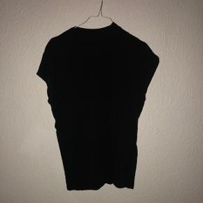 Sælger denne fine top/t-shirt fra Weekday str. small - sendes på købers regning.