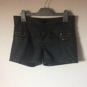 Noisy May - coated shorts Str. S/M Næsten som ny Farve: sort (lynlås detaljer på lårene) Lavet af: 67% cotton, 32% polyester og 1% elasthane Style: NMFAME NW SUPER SLIM COATED SHORTS Mål: Livvidde: 82 cm hele vejen rundt Længde: Ydre: 30 cm Indre: 9 cm Køber betaler Porto!  >ER ÅBEN FOR BUD<  •Se også mine andre annoncer•  BYTTER IKKE!