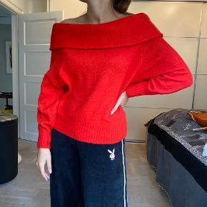 Knaldrød off-shoulder trøje / sweater.  Vises på str 36.  Jul - knit - blød - striktrøje - strik - julesweater