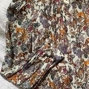 Fineste kjole fra & Other Stories med det smukkeste dyre- og blomster print 🦊🌸 Plisseret foran, foret og med lynlås i siden. Brugt 1 gang.
