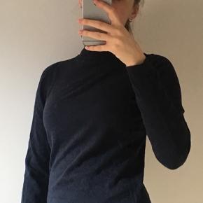 """Fin mørkeblå langærmet trøjer med """"hals"""" :)"""