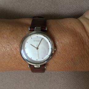 Skagen dame ur med brunt læderrem ,brugt begrænset og i flot stand Uret fungerer perfekt og er med nyt batteri