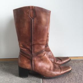 Brune støvler fra Tamaris. Str. 40. Omkreds læg ca. 36 cm. De har lidt slid men er stadig rigtig fine.  Fra ikke ryger og dyrefrit hjem.  Afhentes Nørregårdsparken, Andrup. 6705 Esbjerg Ø.