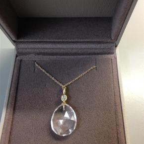 Varetype: halskæde Størrelse: 50 cm Farve: forgyldt Oprindelig købspris: 1300 kr.  Super flot halskæde med forgyldt kæde og stor sten. Kæden måler ca 50 cm og stenen 2 cm.