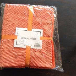Ubrugt plaid i orange og beige mål 130x170 i polyester, har 2 stk,  købspris 299,- prisen er incl Porto for 1 stk