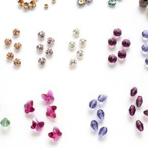 Små vedhæng, mellemled og sten til smykkefremstilling eller anden dekoration:  1. Crimps, links, bead hangers og endcaps i rustfri stål eller med 18K forgyldning. 2. Swarovski caps og rundeller, 4 mm, 6 mm, 8 mm 3. Swarovski ovale champagnefarvede krystalsten, 12 mm 4. Pink perlemorsblomster, 8 mm 5. Swarovski sommerfugle rosa, krystal, blå, grøn, gul, 6 mm 6. Swarovski runde lilla og amethystfarvede krystalsten, 8 mm 7. Swarovski sommerfugle pink, 10 mm 8. Swarovski ovale lilla- og amethystfarvede krystalsten, 9 mm  Der er flere stk udover dem der ses på billedet. Alle er helt nye og har et lille hul boret gennem midten til tråd, snor eller hoops. Nikkelfri.  10 stk koster i alt 60 kr. 30 stk koster i alt 150 kr.  Kan sendes med sporbar post til 36 kr. eller afhentes på Amager nær Amagerbro metro.