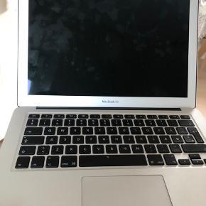 Sælger min gamle Macbook air, da jeg har fået ny computer. Ingen tegn på slid, mangler dog oplader. Kontakt for mere information.