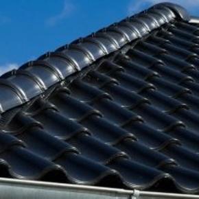 Hollander Monier glaseret tegl i sort ca 17 bundter plus det løse så ca 14 m2. Købt i xl byg.Der medfølger en næsten fuld kasse storm klips. Sælges meget billigt ..1200 kr