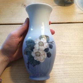 Vase fra Royal Copenhagen. H: 18 cm, Ø: 7 cm i halsen. Uden skår og laves ikke mere.