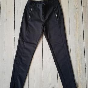 Varetype: Bukser Størrelse: XS/S Farve: Sort  Rigtig pæne bukser fra Saint Tropez. Brugt en gang på job, er blevet for tyk.