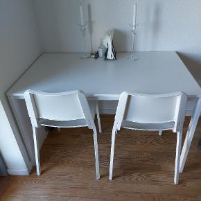 Melltorp spisebordssæt fra ikea. Står som nyt, da det ikke har nogle skræmmer og kun er 1 år. Stolene er af mærket Teodores også fra ikea.
