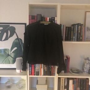 Aldrig brugt flæse bluse, med gennemsigtige ærmer. Super fin. Str. L og sort.  Kan sendes med dao. Kig gerne på mine andre annoncer også☺️ bytter gerne.