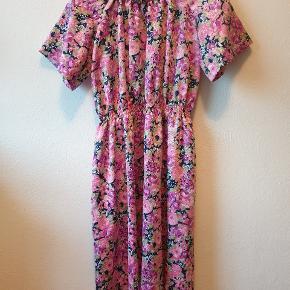 Sælger denne søde retro/vintage kjole med blomster, som jeg selv har købt her på Trendsales. Farven er dog ikke lige mig, og den er også kortere, end jeg selv havde foretrukket (den går mig til knæene, og jeg er 170 cm høj). Derfor sælges den! Der er umiddelbart ikke nogle tegn på, at den er blevet brugt, og jeg har heller ikke selv brugt den, siden jeg købte den. Stoffet er glat og bliver ikke krøllet (den har ligget gemt væk i mit skab i et par dage nu), og så er kjolen meget løs i det. Da den er oversized, passer den også en str. M, selv om det er en str. S (ifølge den tidligere sælger).  Køb denne kjole sammen med en anden rød blomstret kjole (str. S) samt en oversized blomstret jakke (str. M) samlet til 150 kr.! Det hele er vintage!  Giver gerne mængderabat ved køb af flere ting - bare spørg! :)