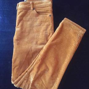 Fine karrygule fløjsbukser fra Monki. Brugt to gange og skånevasket en enkelt.  Ny pris 399kr