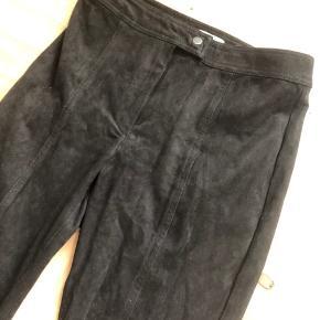 Bukser i ruskindslignende materiale