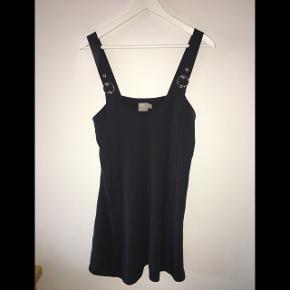 Det ene billede er taget fra ASOS og viser kjolen i lang version da den originale kjole ikke kan købes mere.  50kr + fragt
