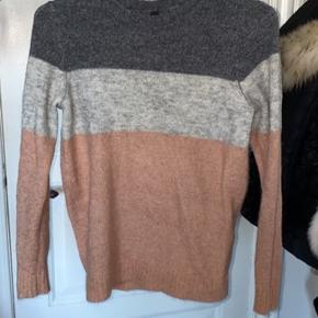 Rigtig fin sweater, men forskellige farver. Den lyseste grå i midten har små stykker af glimmer i den, hvilket gør den rigtig fin.