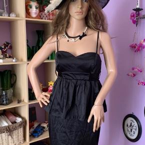 """Super sød etage kjole m/ bindebånd til en sløjfe bagpå. Justerbar stropper """" kan også tages af"""". Brugt få gange, i pæn stand.  Str:36 Mærke : only   55% polyester  42% cotton  3% spandex"""